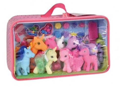 Kid's world - Ma famille poneys maxi toys 11538129 Emmène ta famille de poneys partout avec toi grâce au sac de transport super pratique ! Sac en PVC rose contenant 8 poneys (4 grands + 4 petits) et de nombreux accessoires de coiffage. A partir de 3 ans.